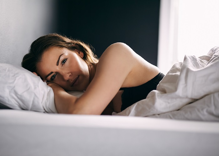 young-woman-lying-in-her-bed-under-duvet-looking-at-camera-female-model-in-lingerie-sleeping-in-bedroom_700 خود ارضایی دختر جوان و مرگ او بر اثر هیجان زیاد
